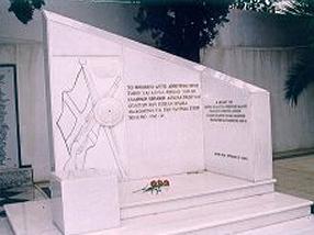 Το μνημείο των Ελλήνων Εβραίων Αξιωματικών & Οπλιτών πεσόντων στον Πόλεμο του 1940-1941 που εγκαινιάστηκε το 1998, στο εβραϊκό νεκροταφείο της Αθήνας.
